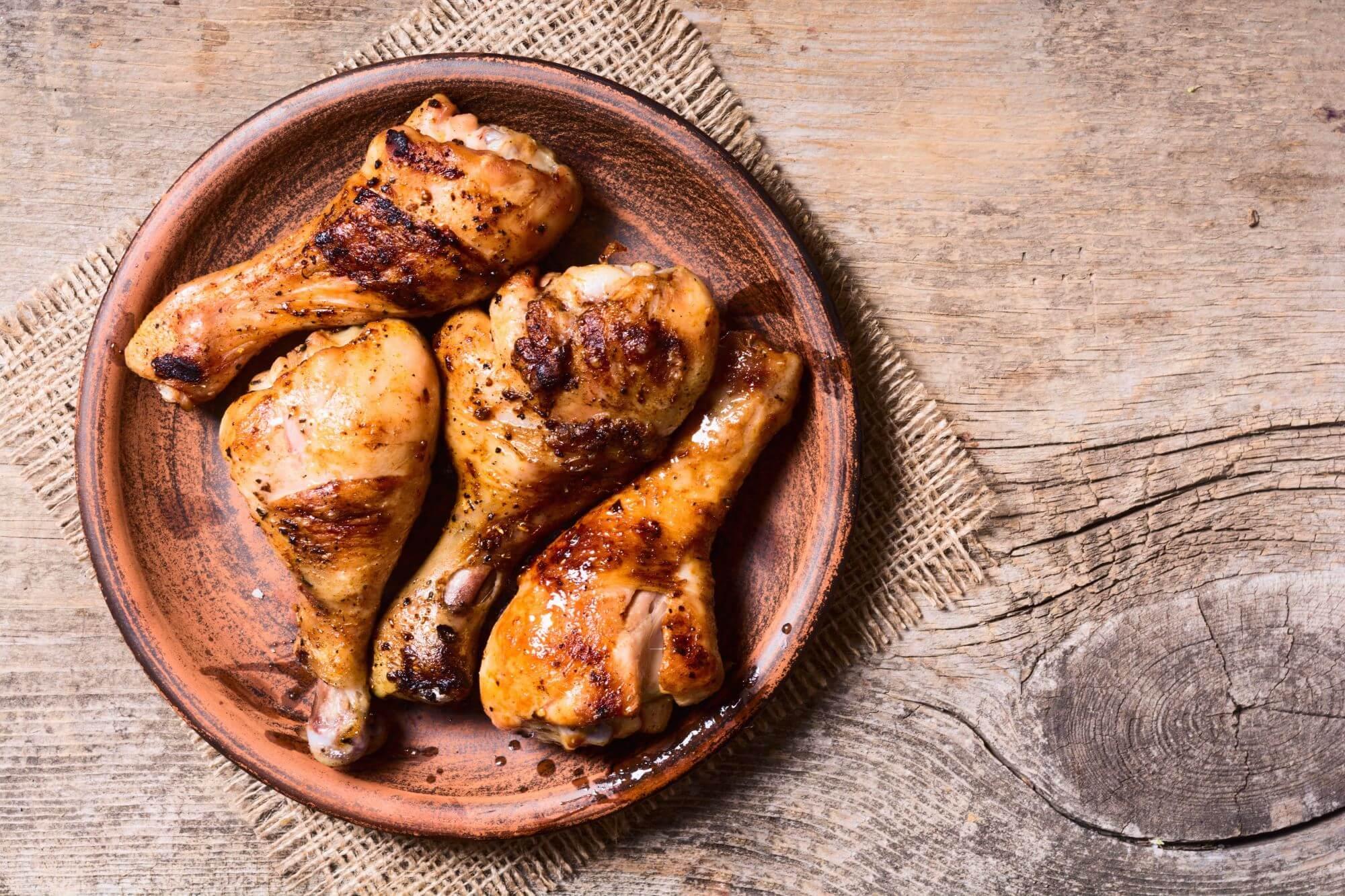 Cajunkrydrede kyllingelår med cashew-nøddedip og syltet salatagurk