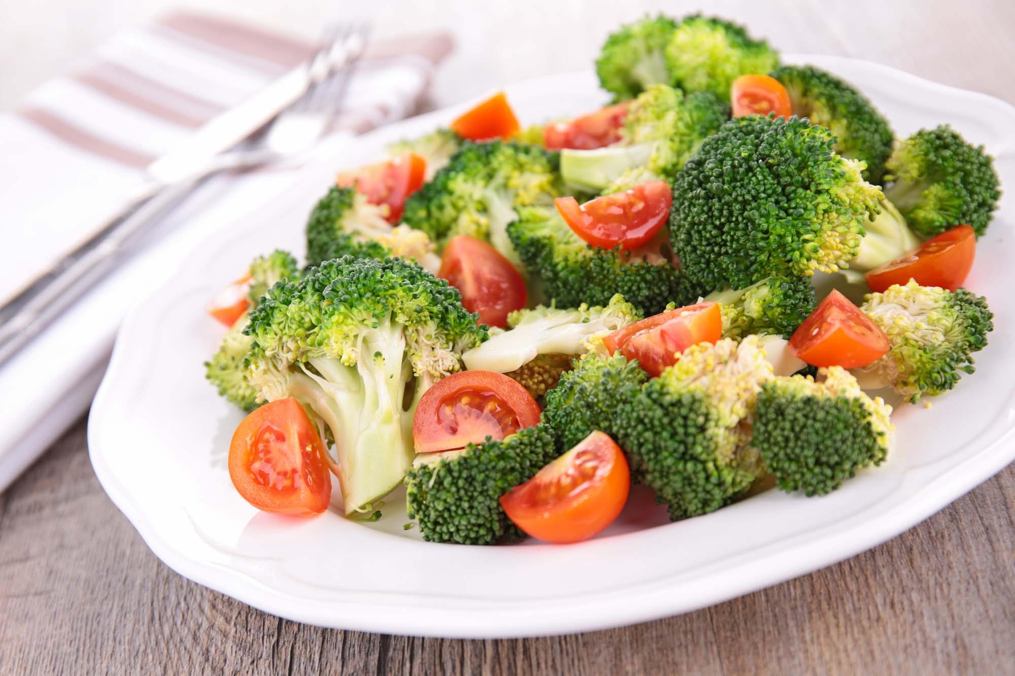 Broccolisalat med cherrytomater