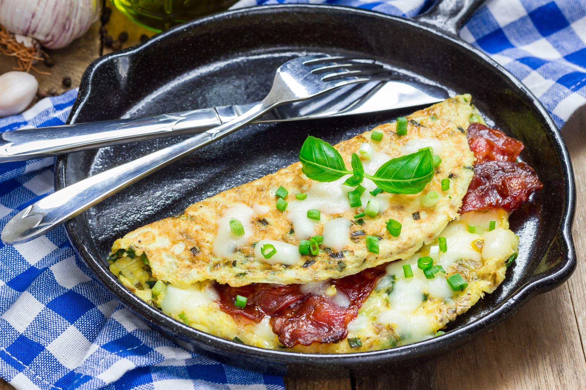 Æggekage med bacon og champignoner
