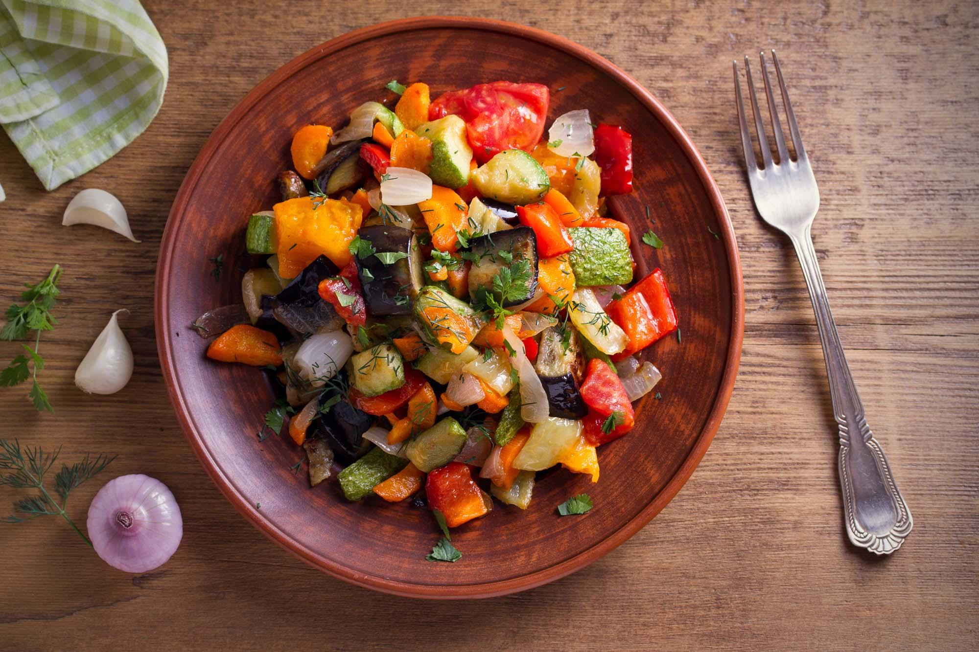 Ristet aubergine-salat med kapers og løg