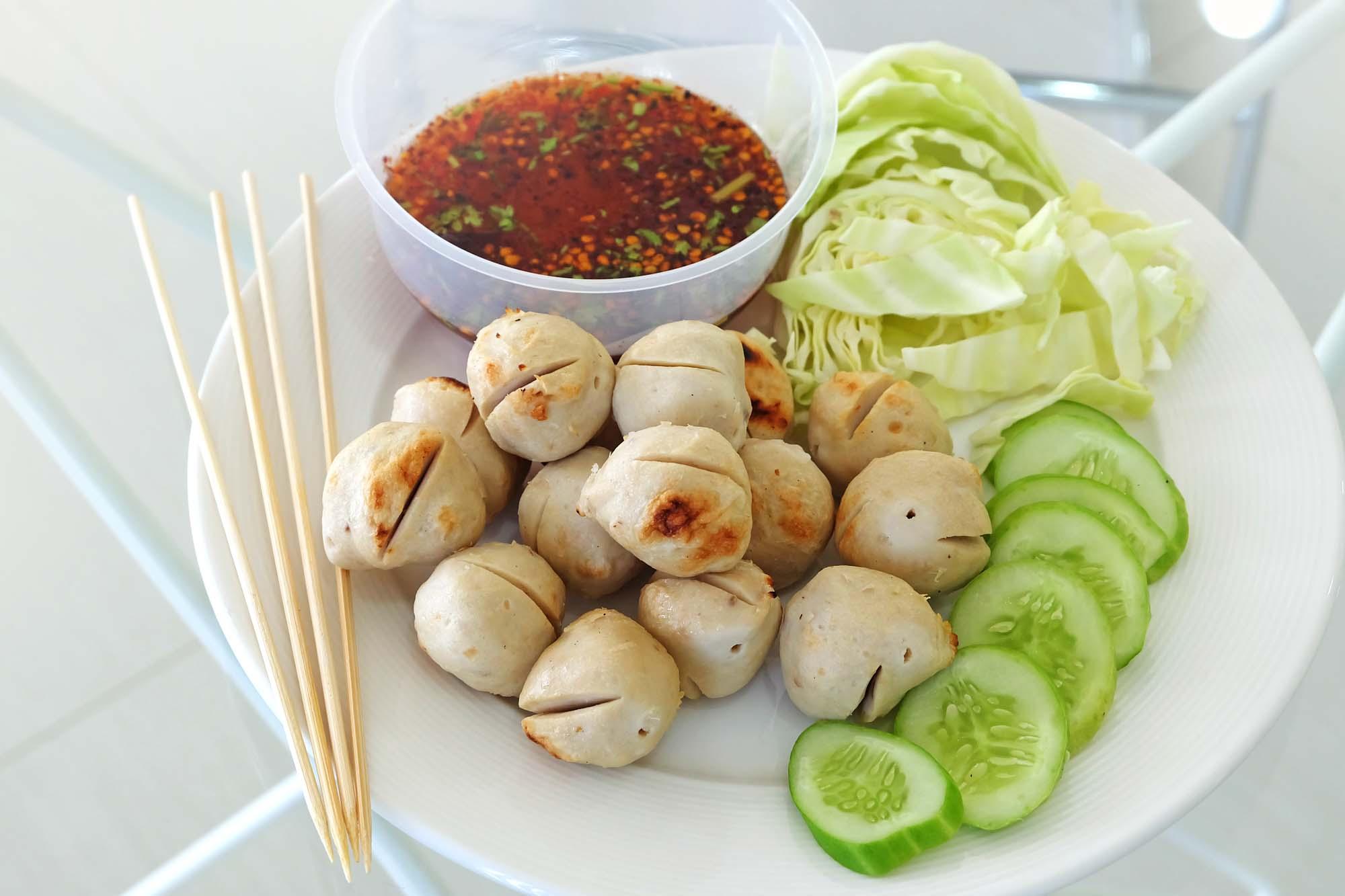 Asiatiske fiskefrikadeller med agurkesalat