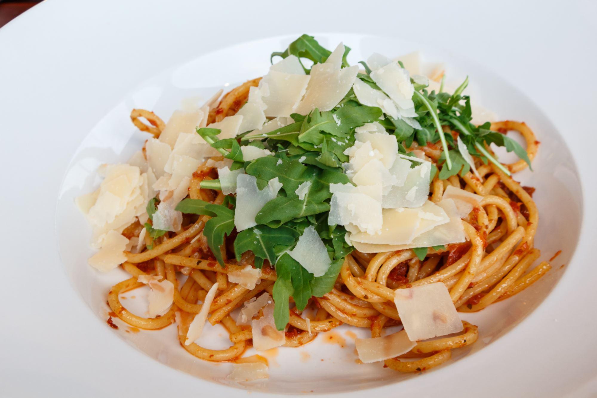 Frisk pasta med pecorino, tomater og rucola