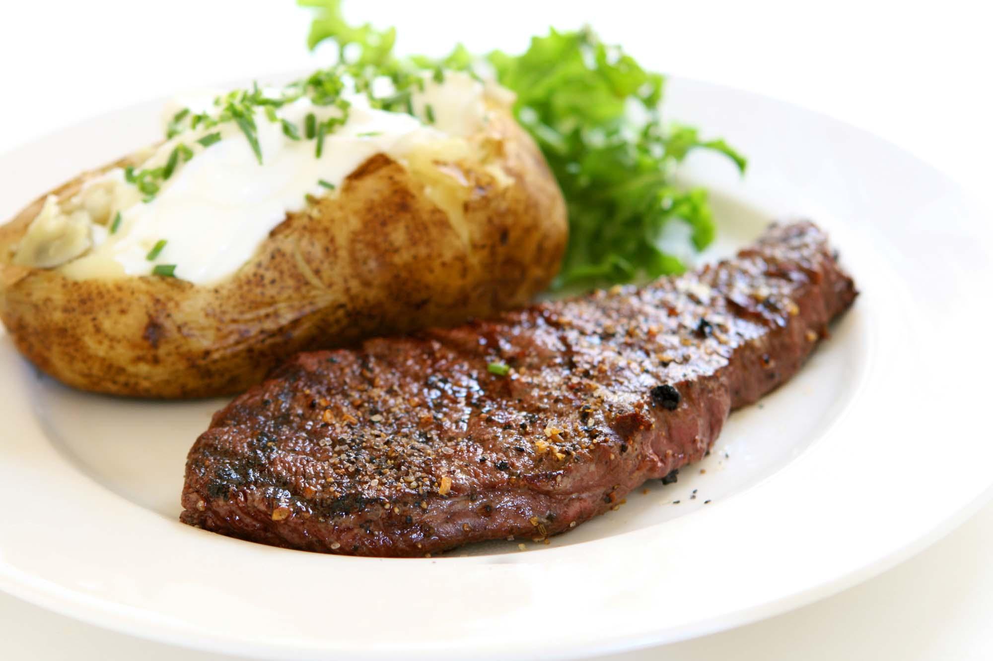 Entrecotes med kartoffelmos og salat