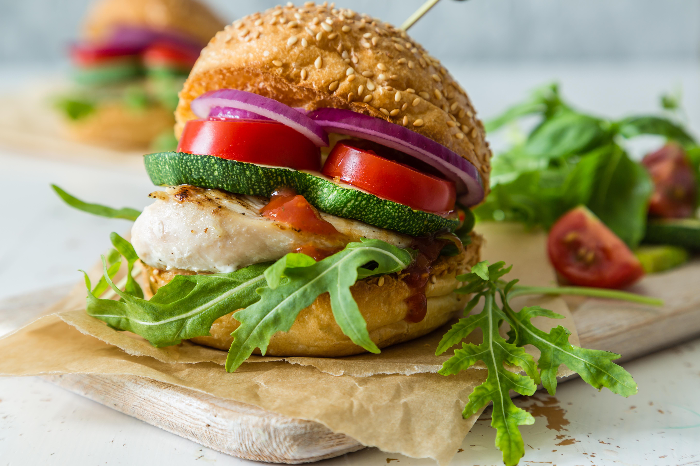 Burger med kylling, avocadocreme og fritter