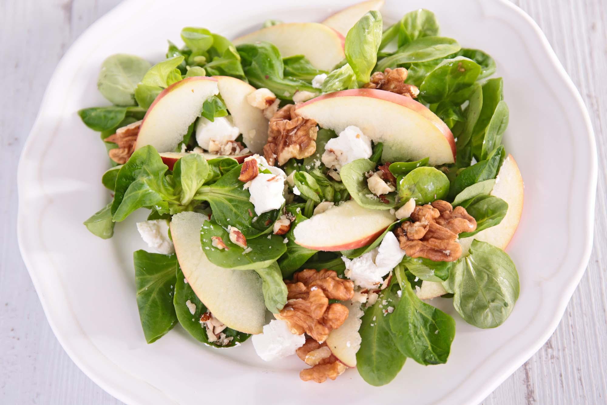 Æblesalat med nødder og feta