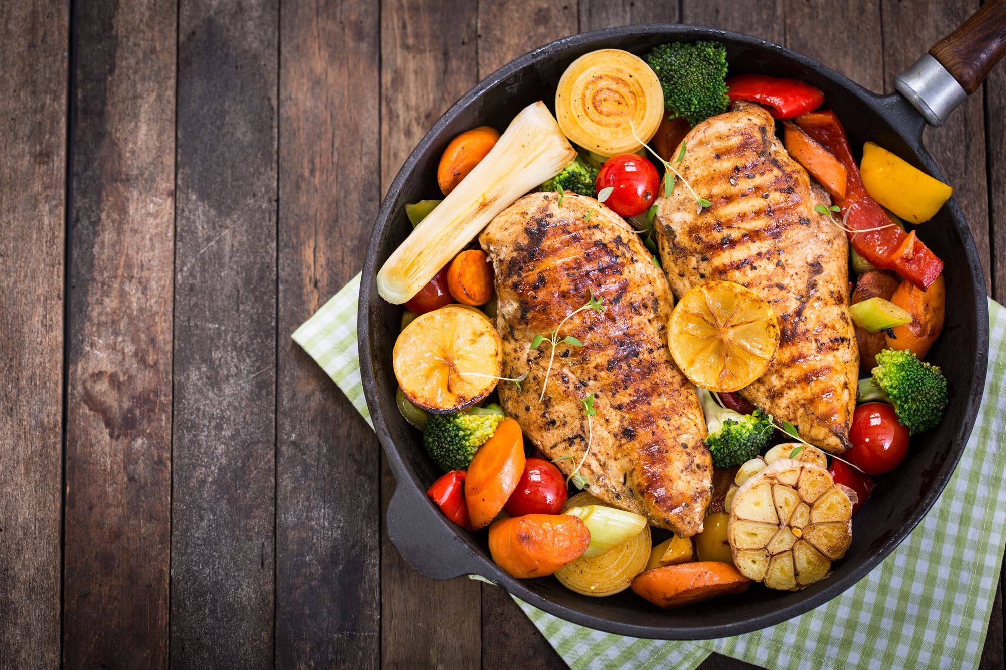 Kyllingefilet med kartofler og rodfrugter i fad