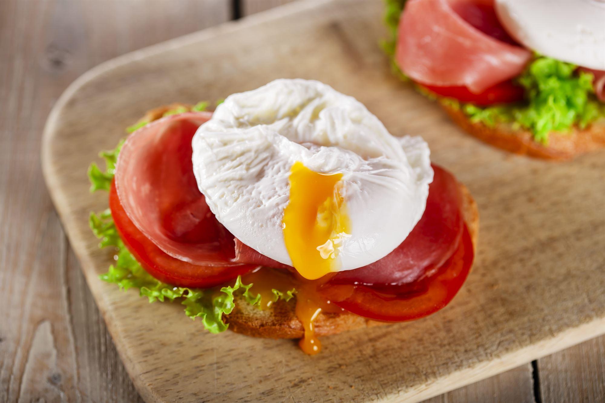 Pocherede æg på tomat med bacon