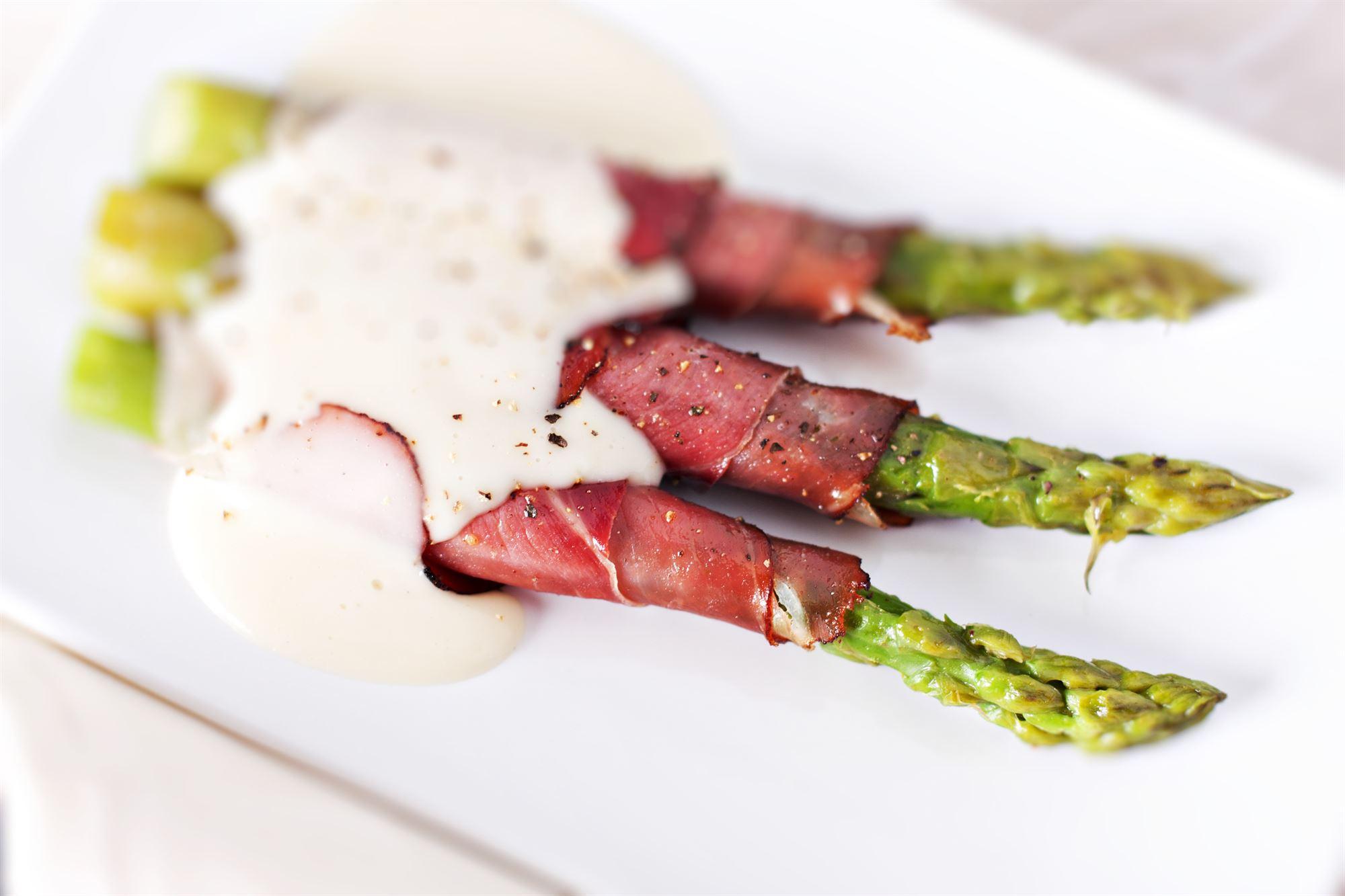 Ristede asparges med gedeost og bacon