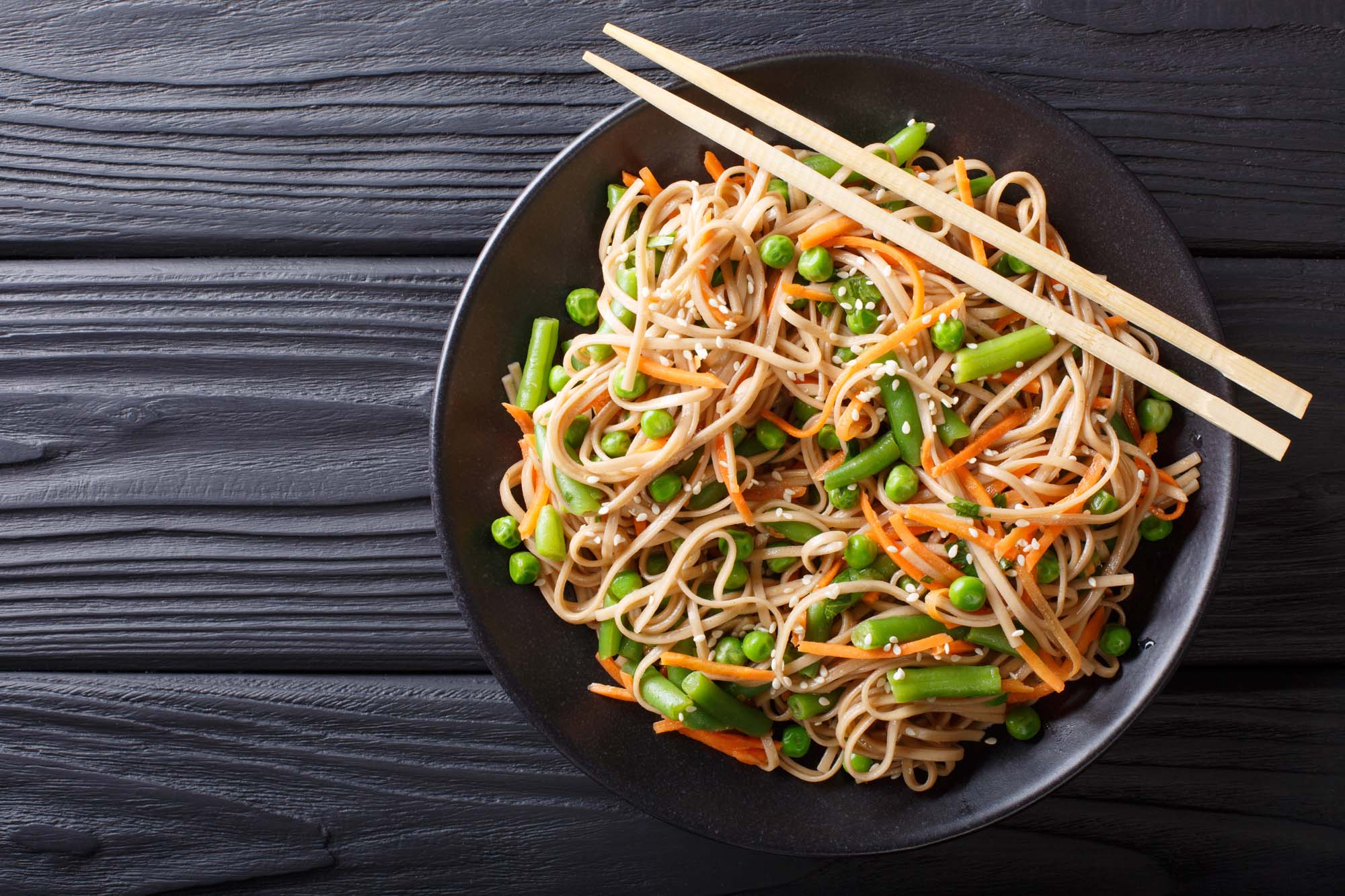 Asiatisk risnudelsalat med Gomadressing