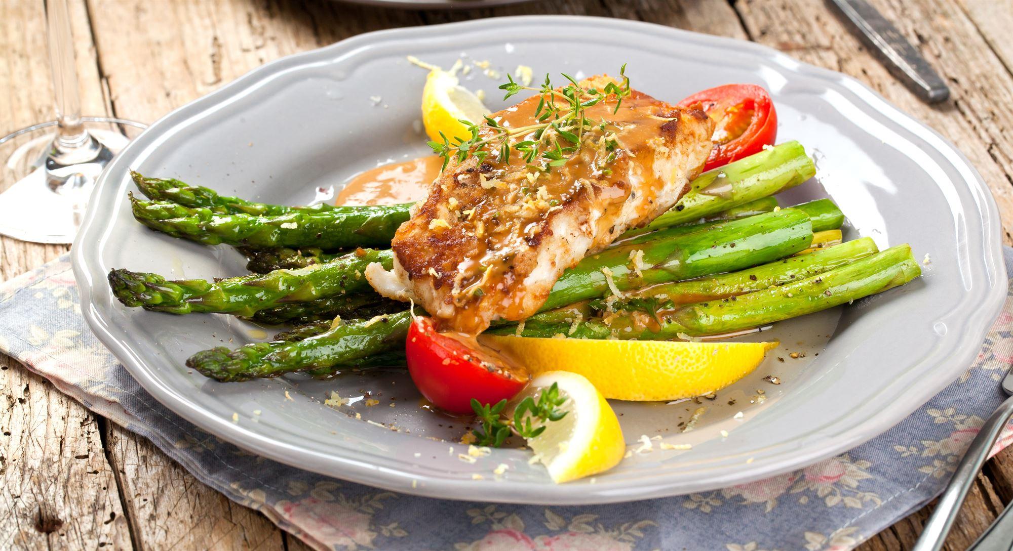 Grillet torsk med asparges og parmaskinke