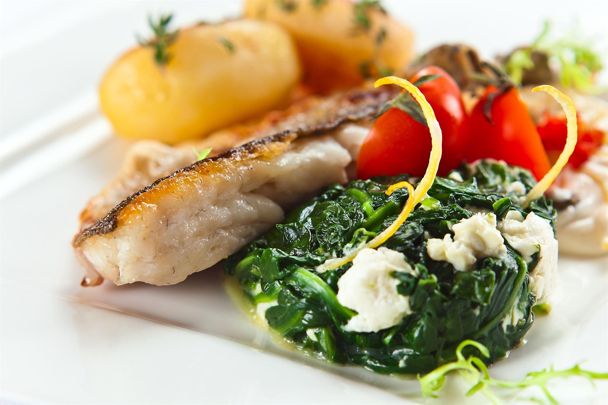 Skaldyr med spinat og hvid fisk