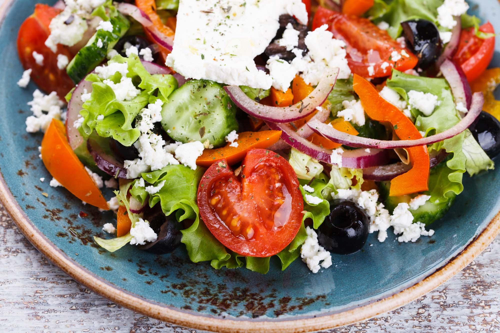 Grøntsagssalat med feta og oliven