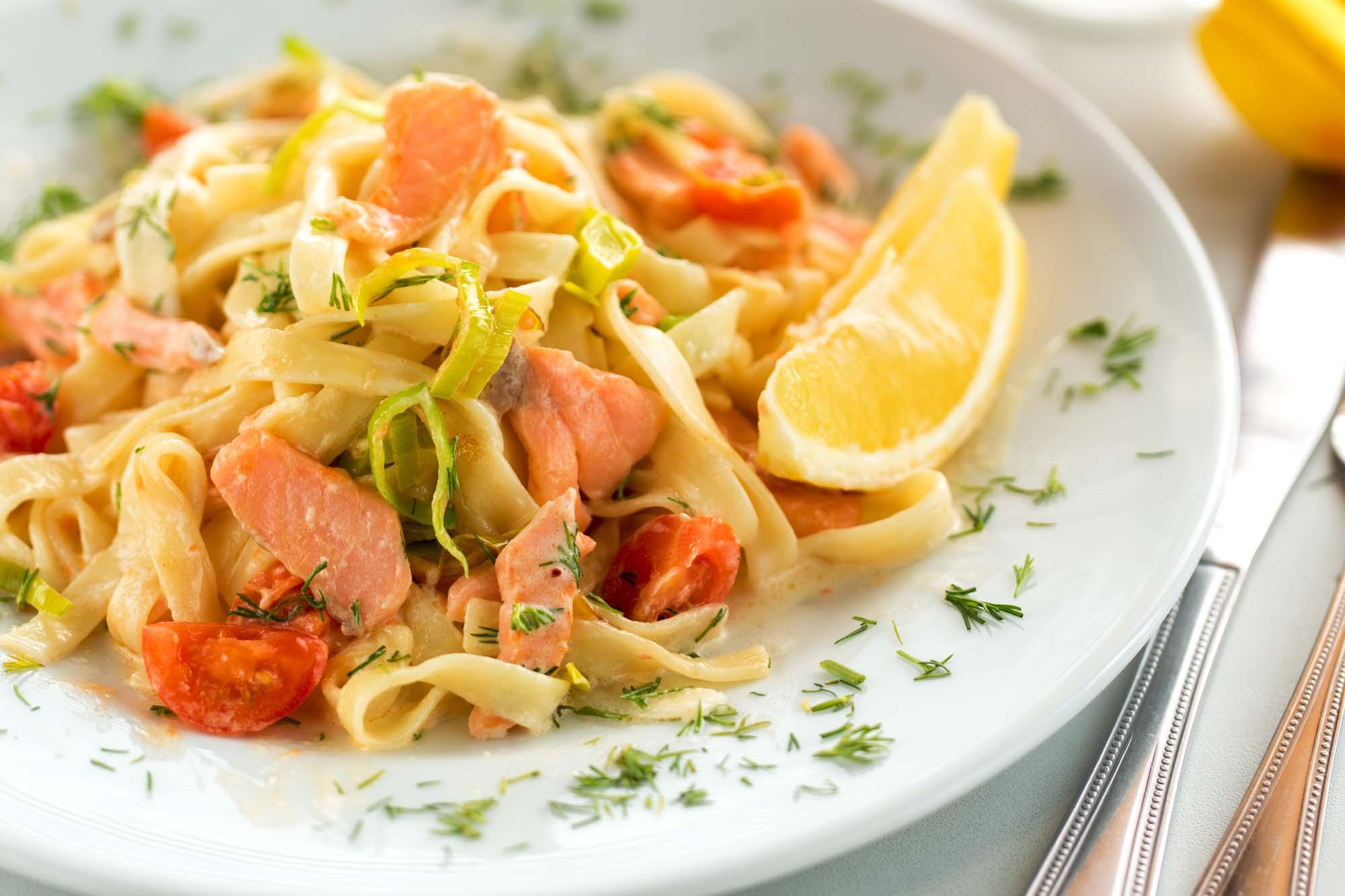 Laks med pasta i flødebisque