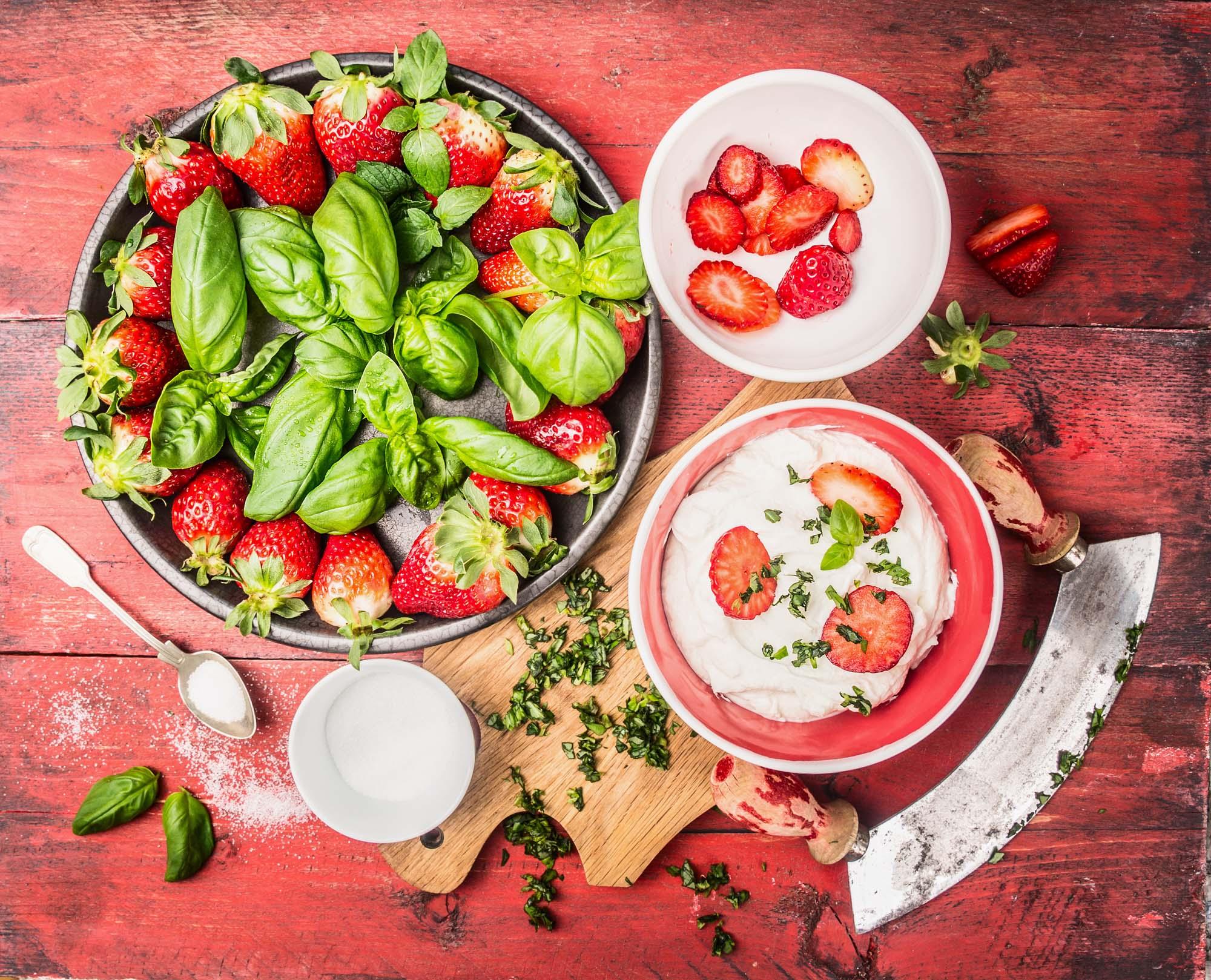 Jordbær- basilikumsalat