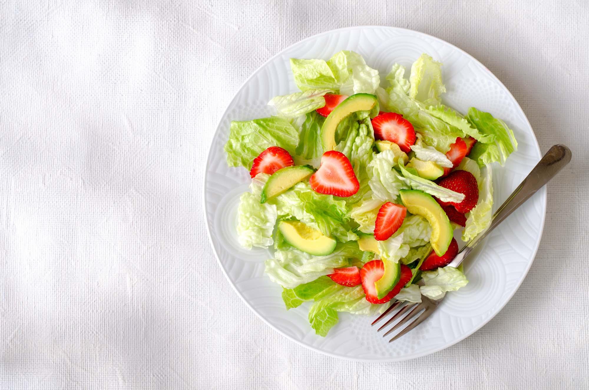 Jordbær- og avocadosalat
