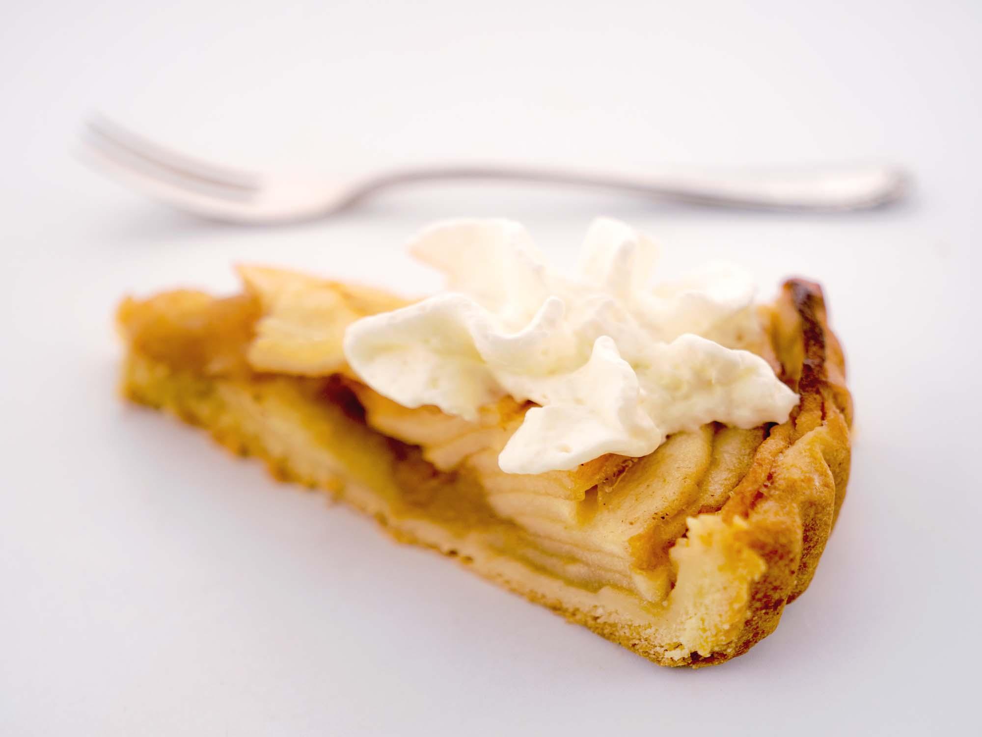 Sprød æbletærte med kanelcreme