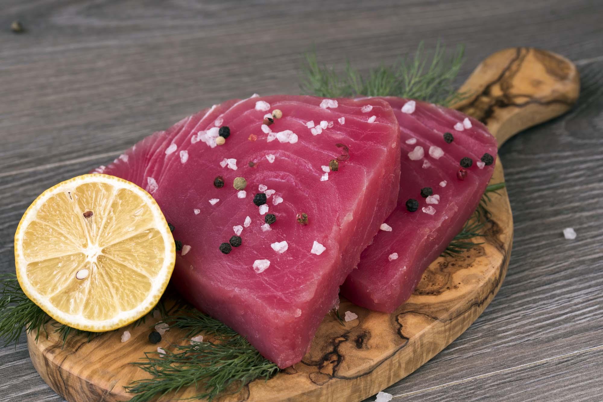 Pandestegt tunfilet med oliven- og hvidvinssauce