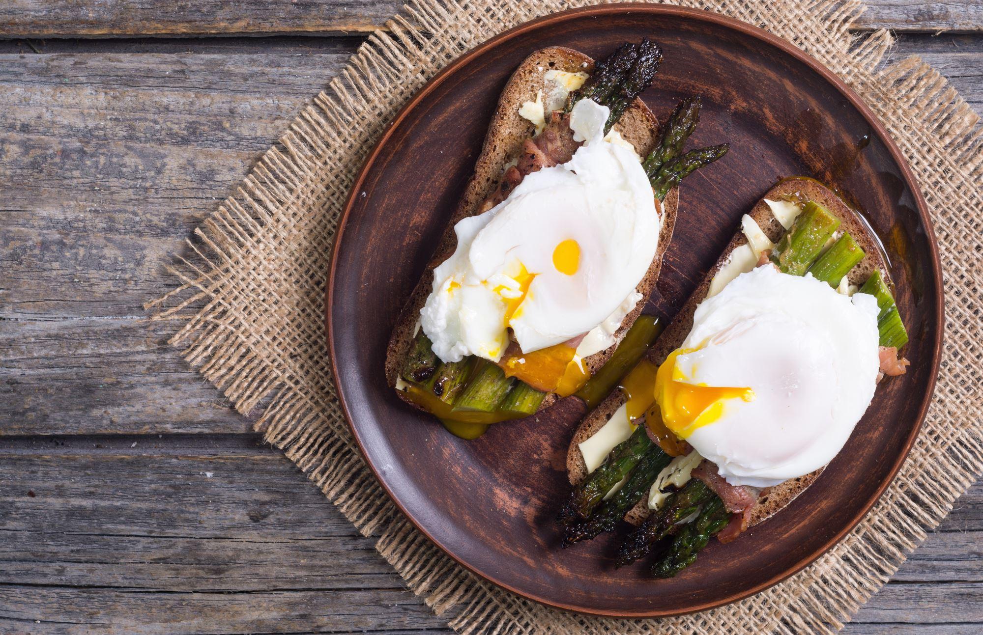 Ovnbagte parmesan-asparges med pocherede æg og parmaskinke