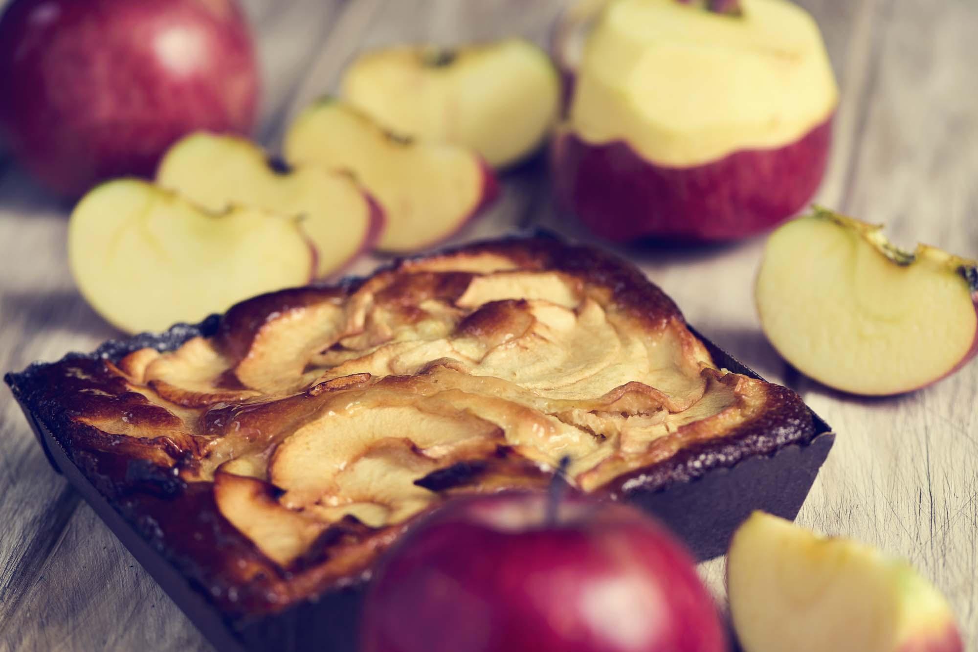 Bradepandekage med æbler og kanel
