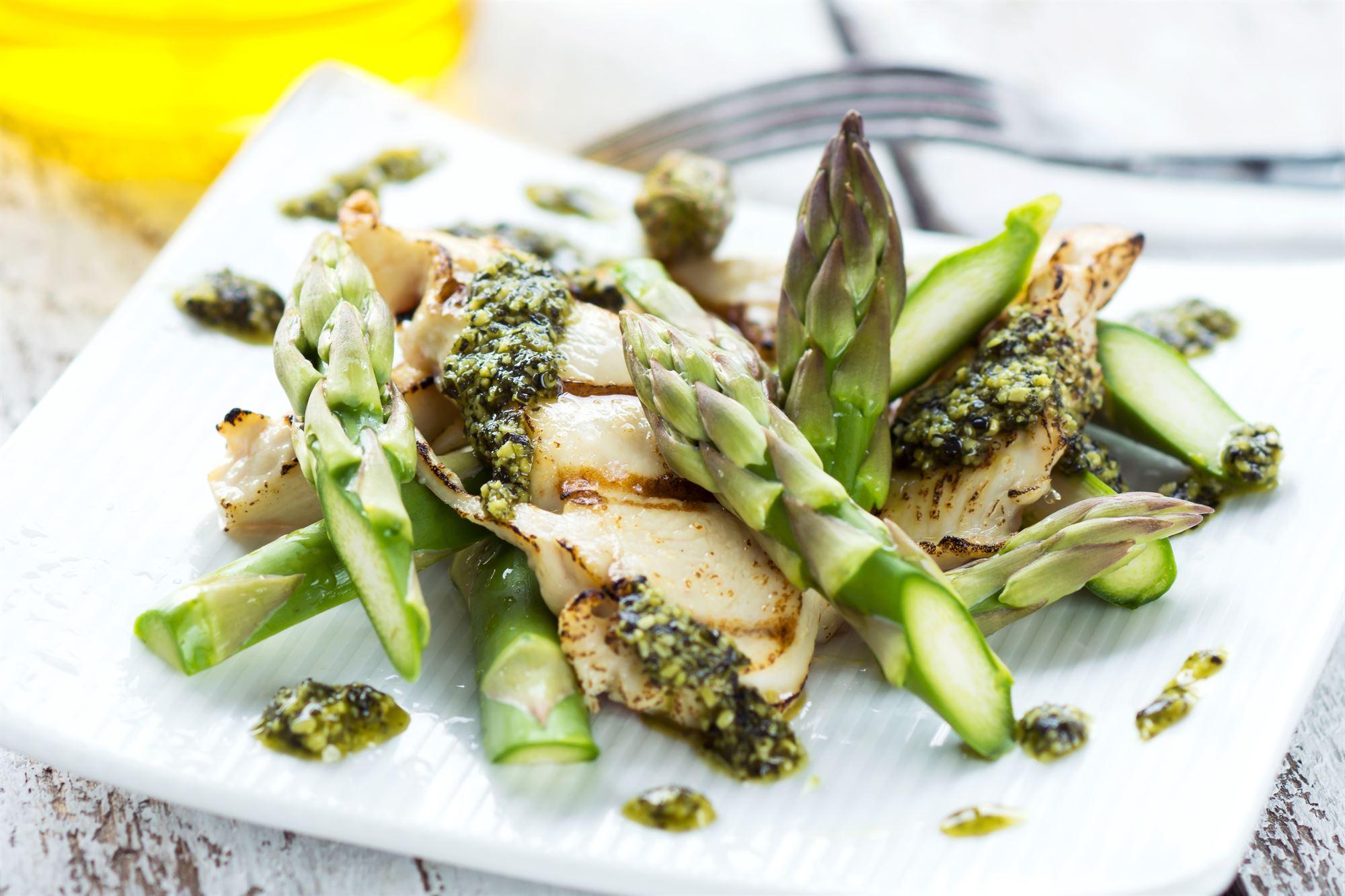 Kyllingesalat med asparges, forårsløg og sukkerærter