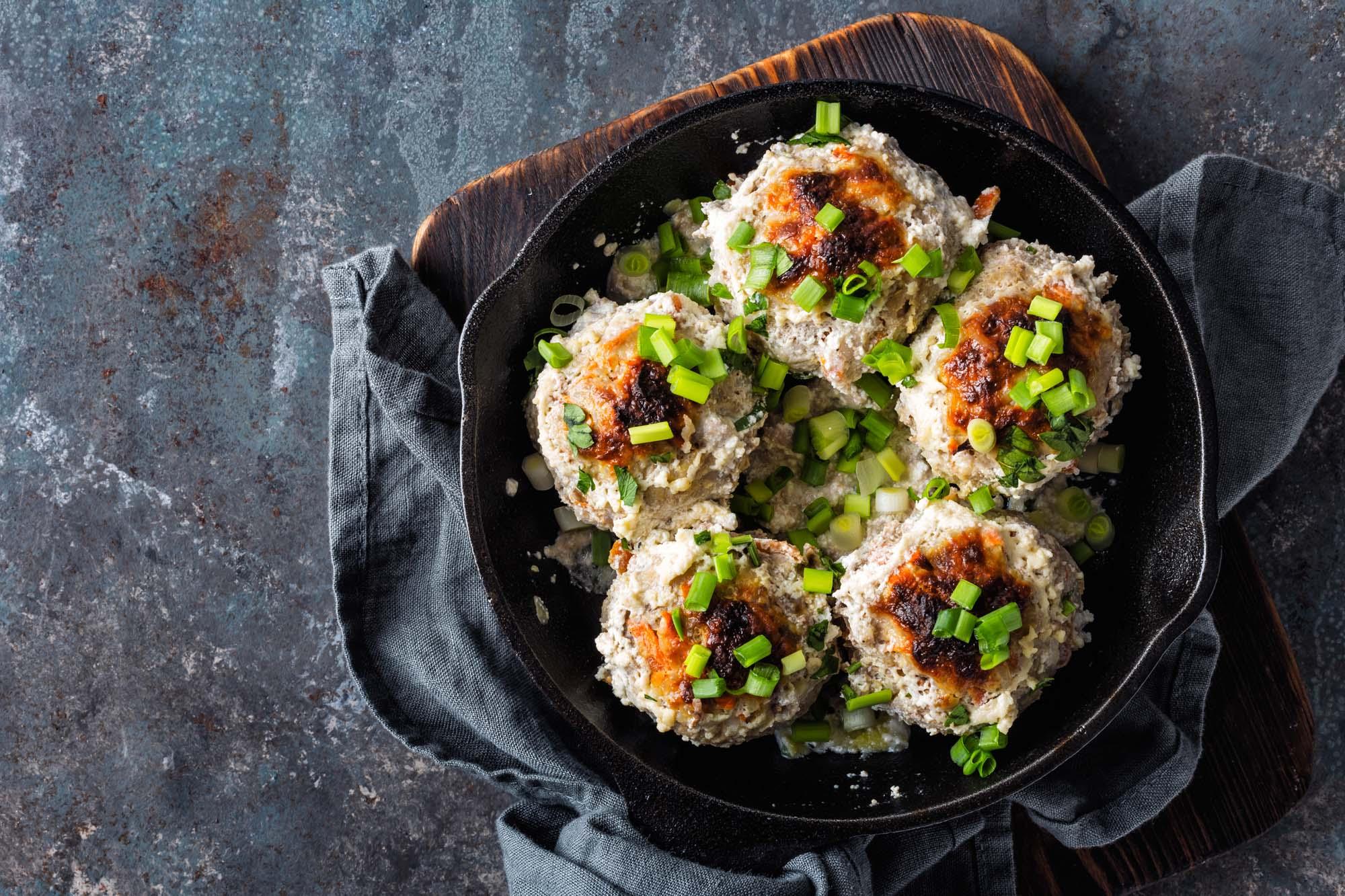 Ovnbagte kødboller med ramsløg, sprøde kartofler og coleslaw