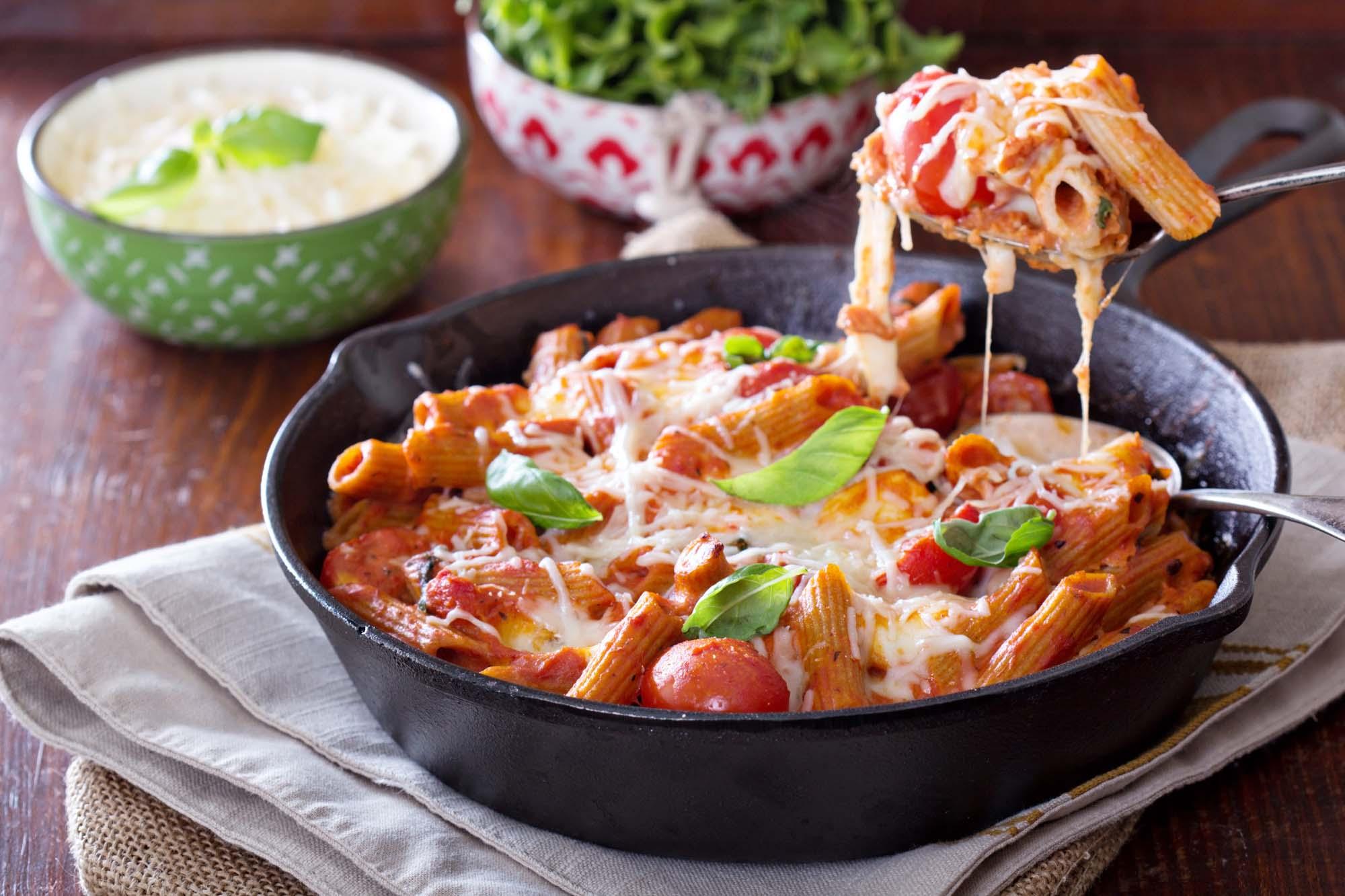 Makaroni med ost og tomat