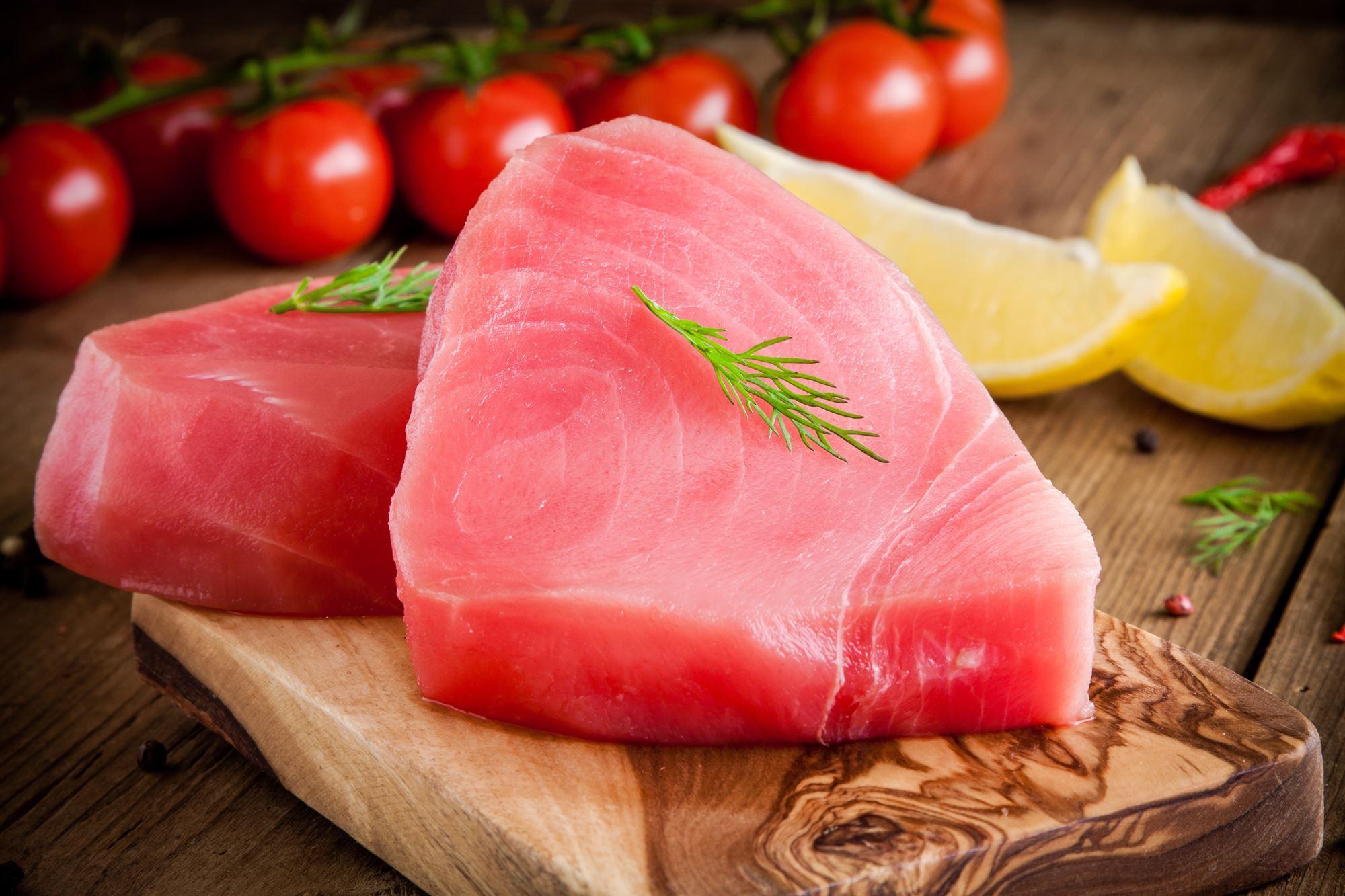 Råmarineret tun med oliven og parmesan salat