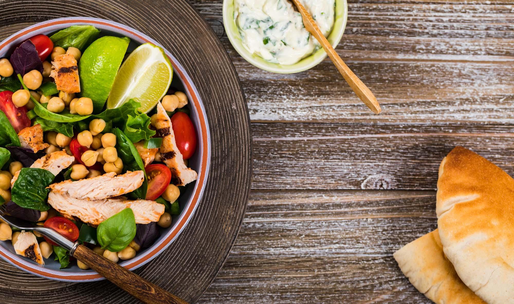 Salat m. kikærter og kylling