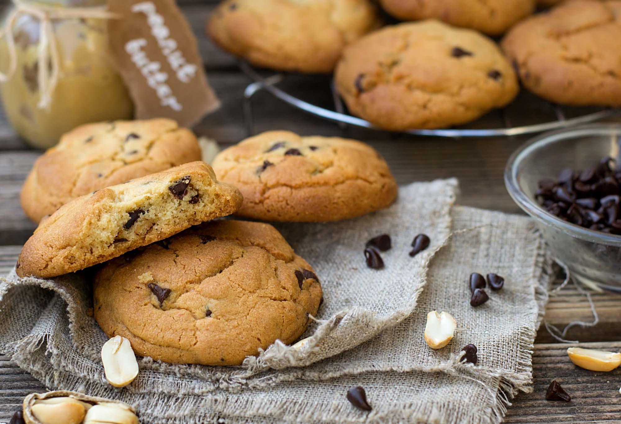 Cookies med peanut butter og crushed chokolade