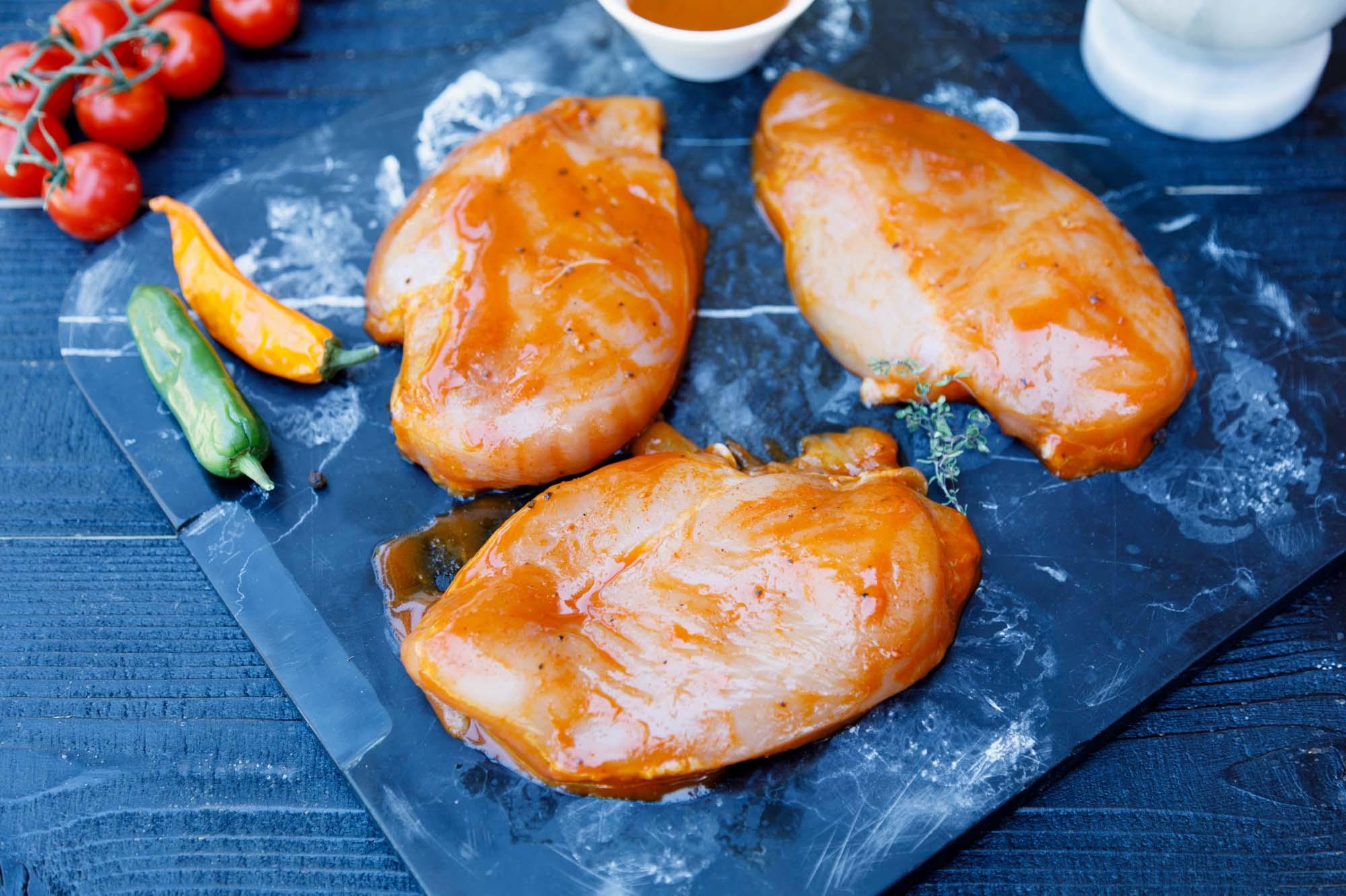 Marineret kyllingfilet med kartofler og spinatsalat