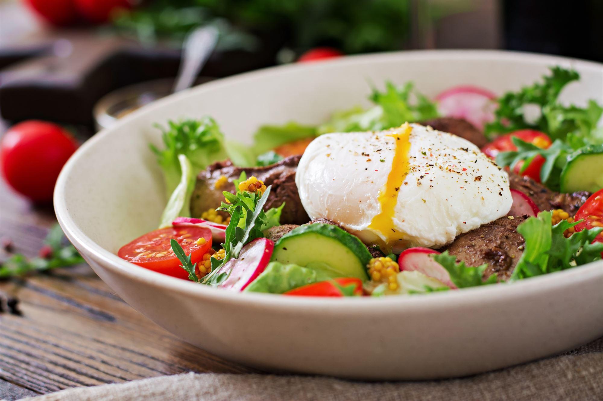 Pocherede æg med mayonnaise og salat