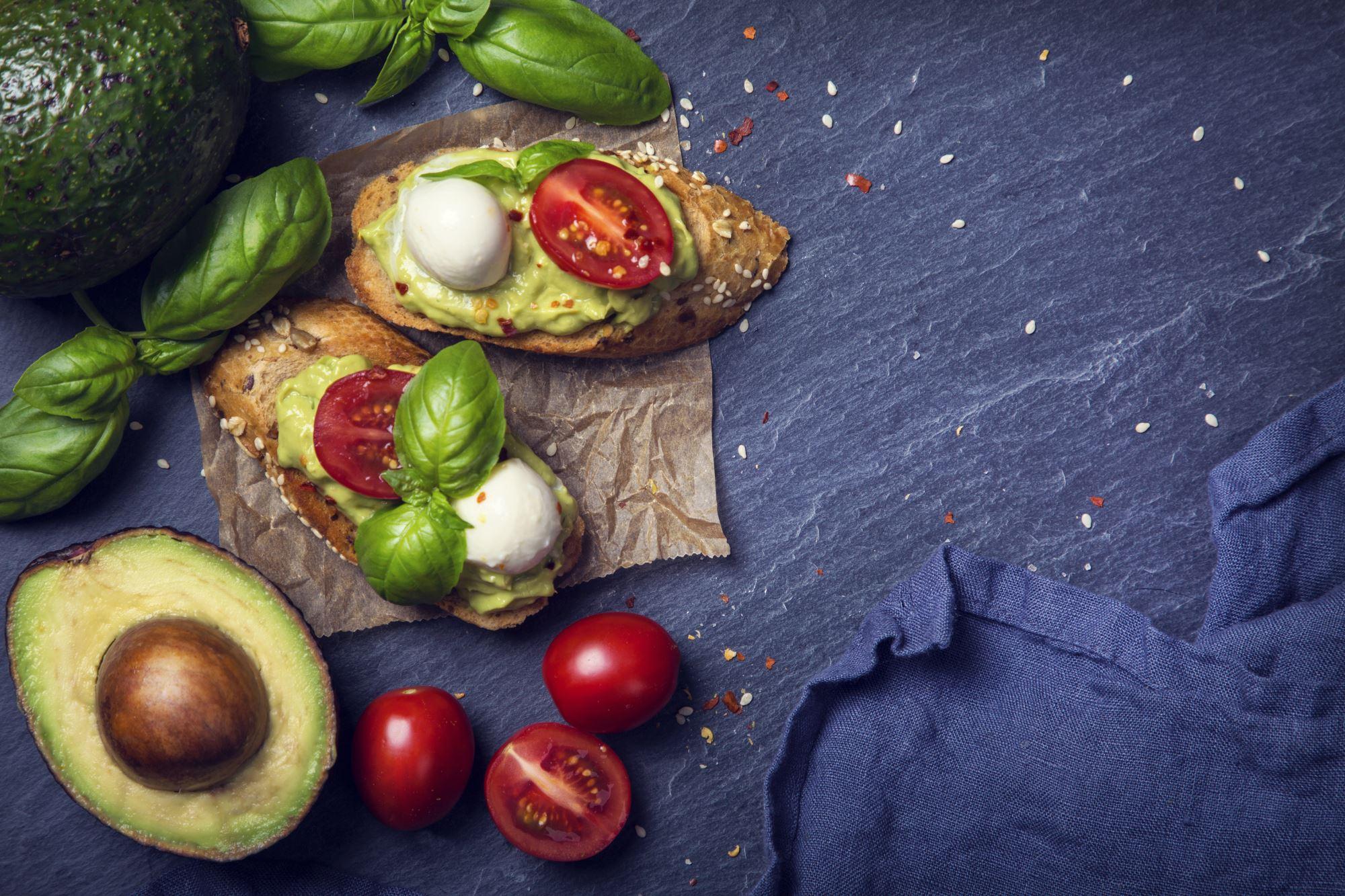 Bruschetta med avocado, cherrytomat og mozzarella