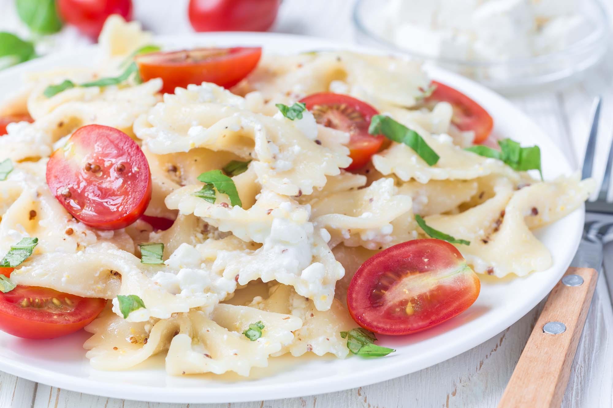 Frisk pasta med cherrytomater, gedeost og urter