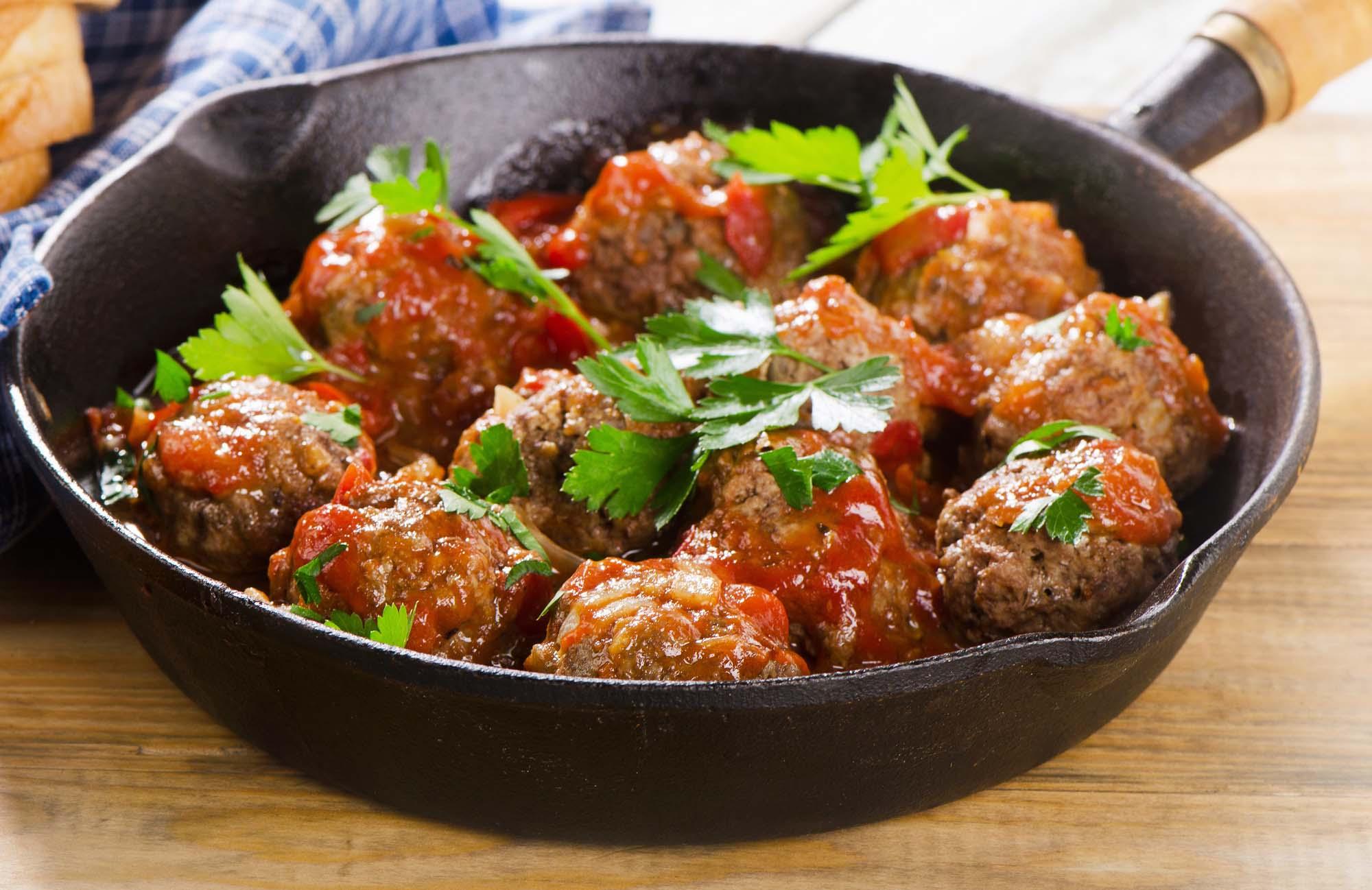 Italienske frikadeller med tomatsauce.