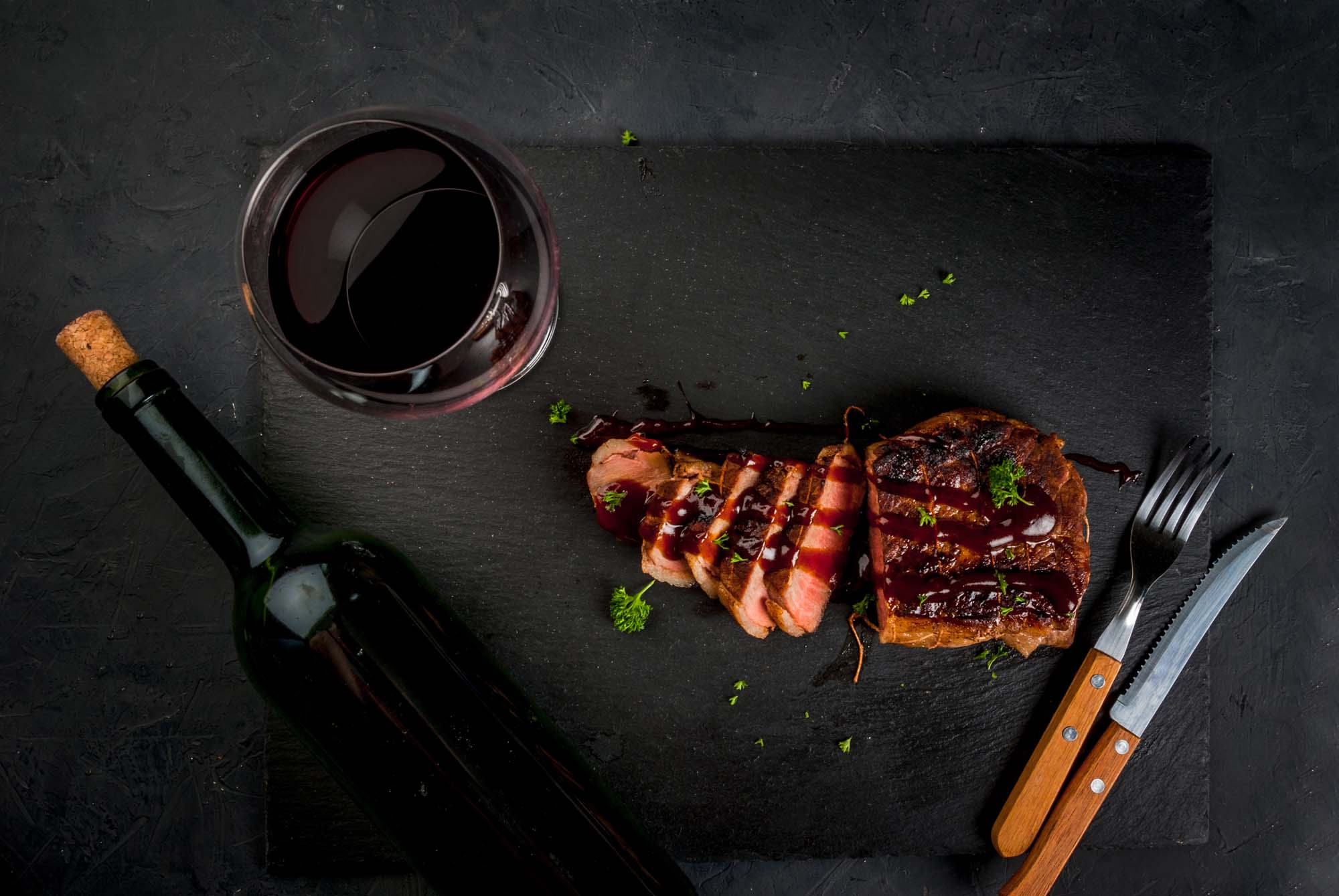 Rødvinsmarinerede grill-steaks