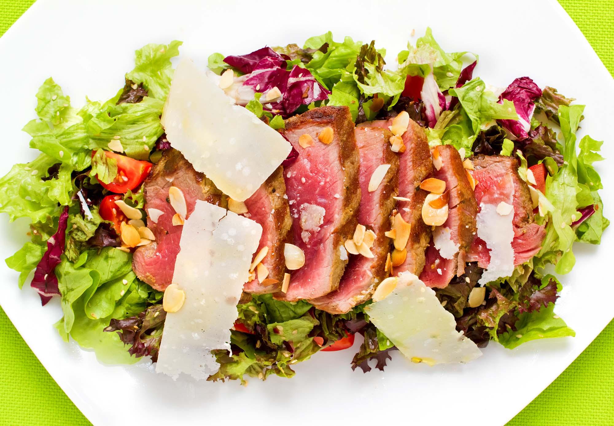 Salat med stegt oksekød og parmesan
