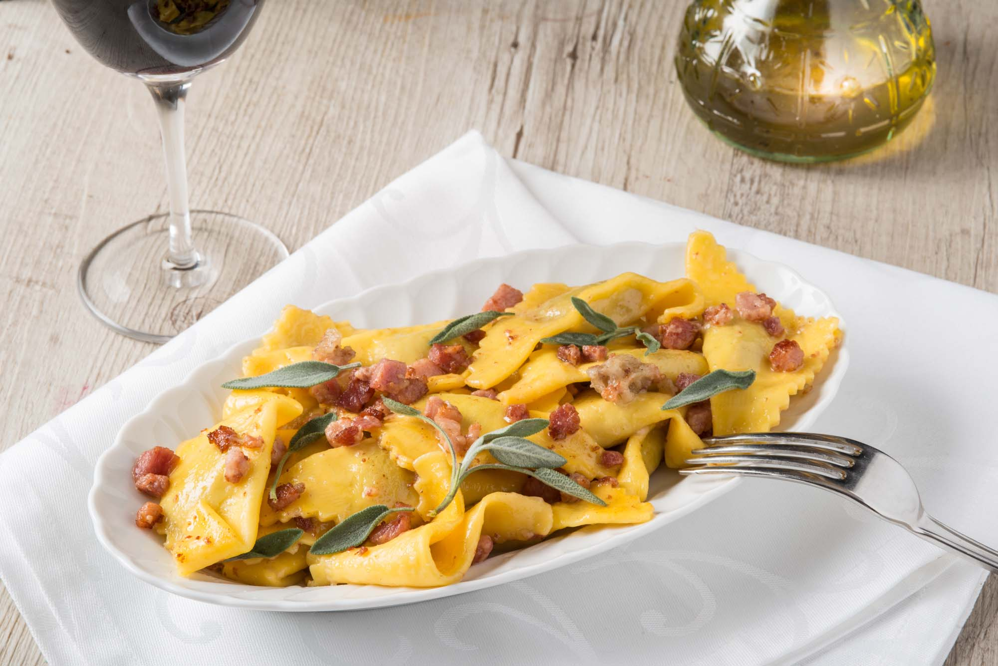 Ravioli med bacon og salvie