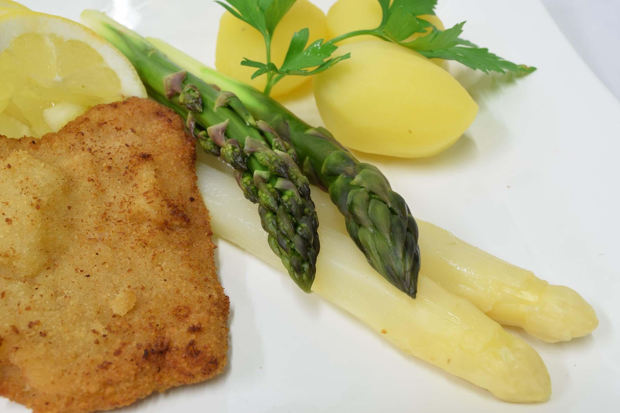 Asparges og nye kartofler i sursød sauce med koteletter