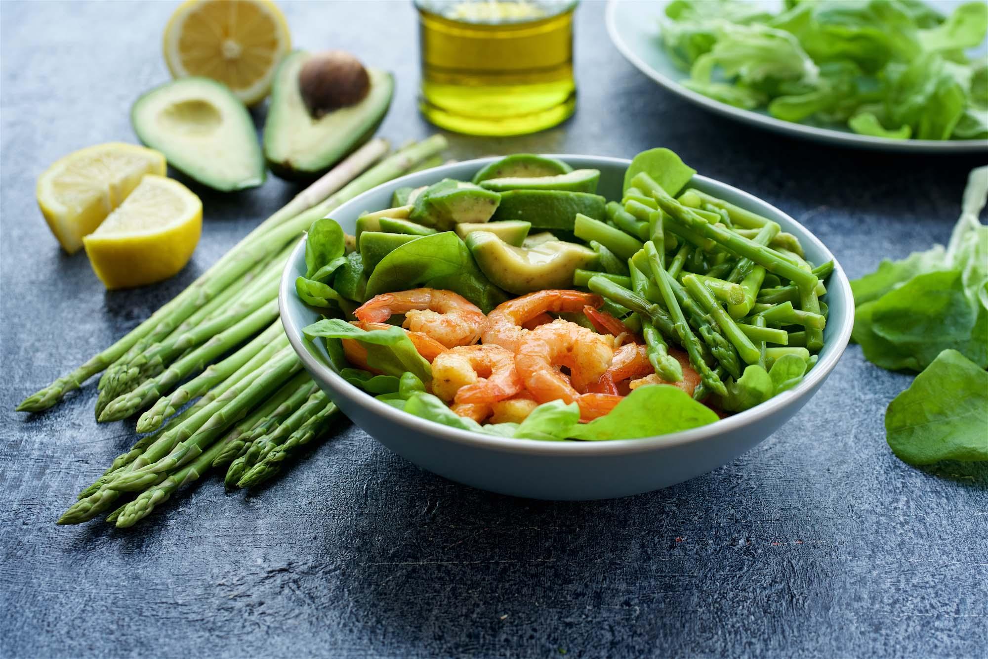 Avocado- og aspargessalat med rejer