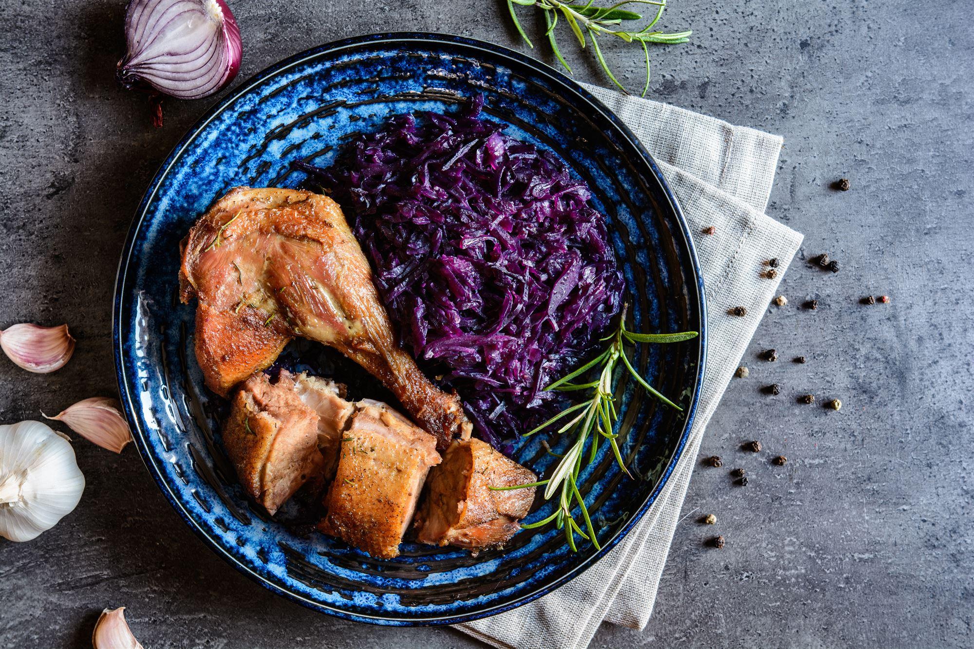 Stegt and med svesker og hjemmelavet rødkål