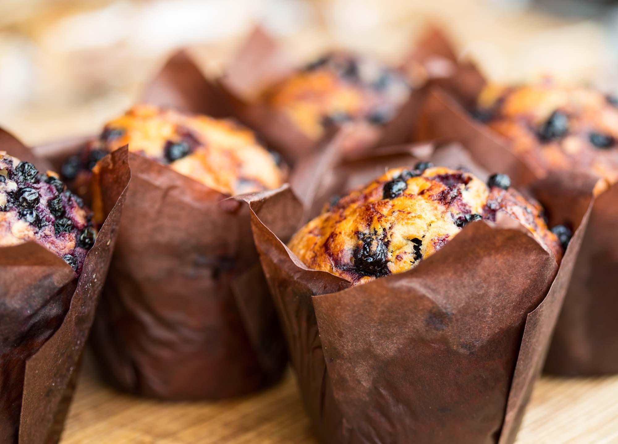 Muffins med hvid chokolade og bær