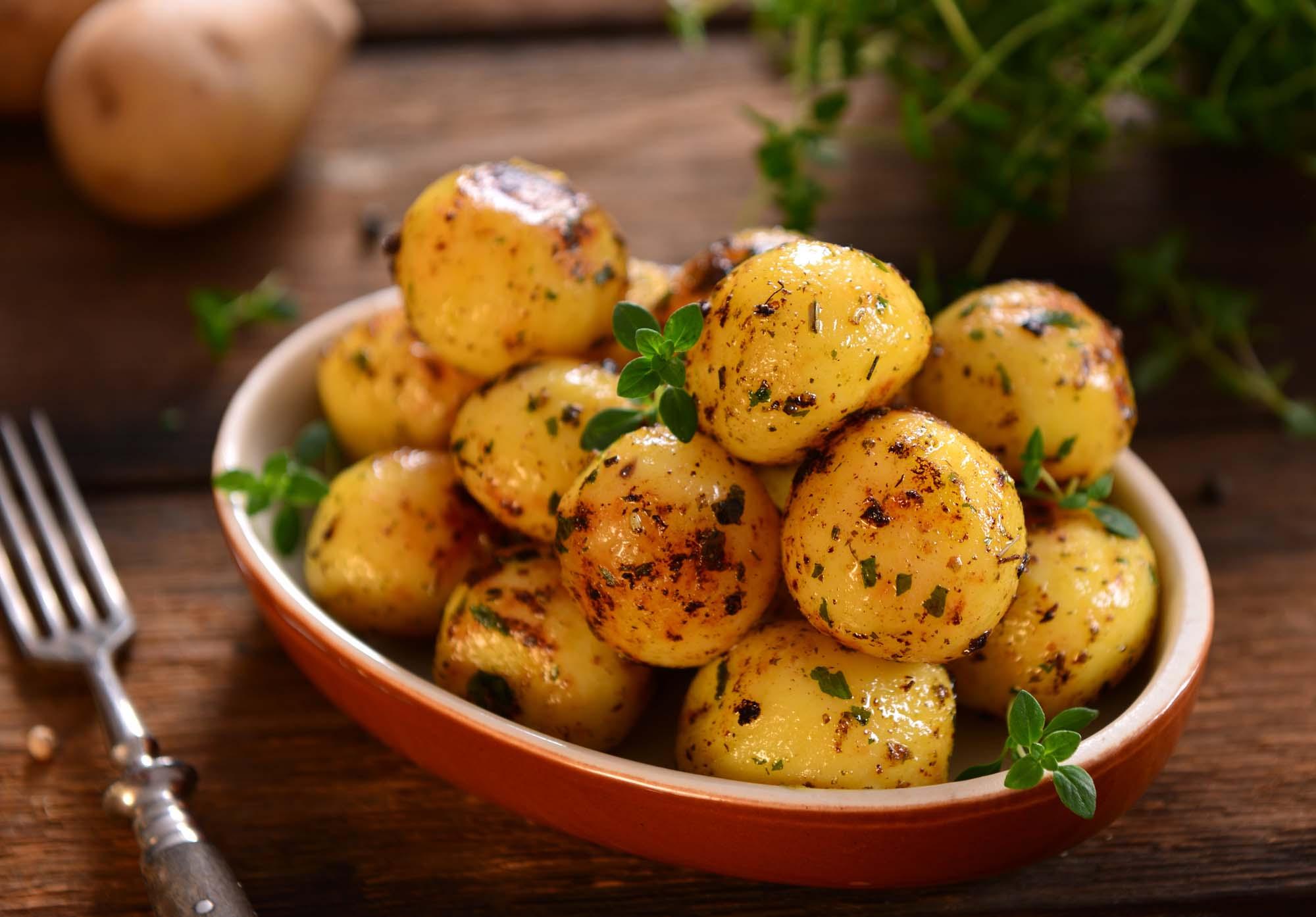 Grillede nye kartofler med urter og parmesan