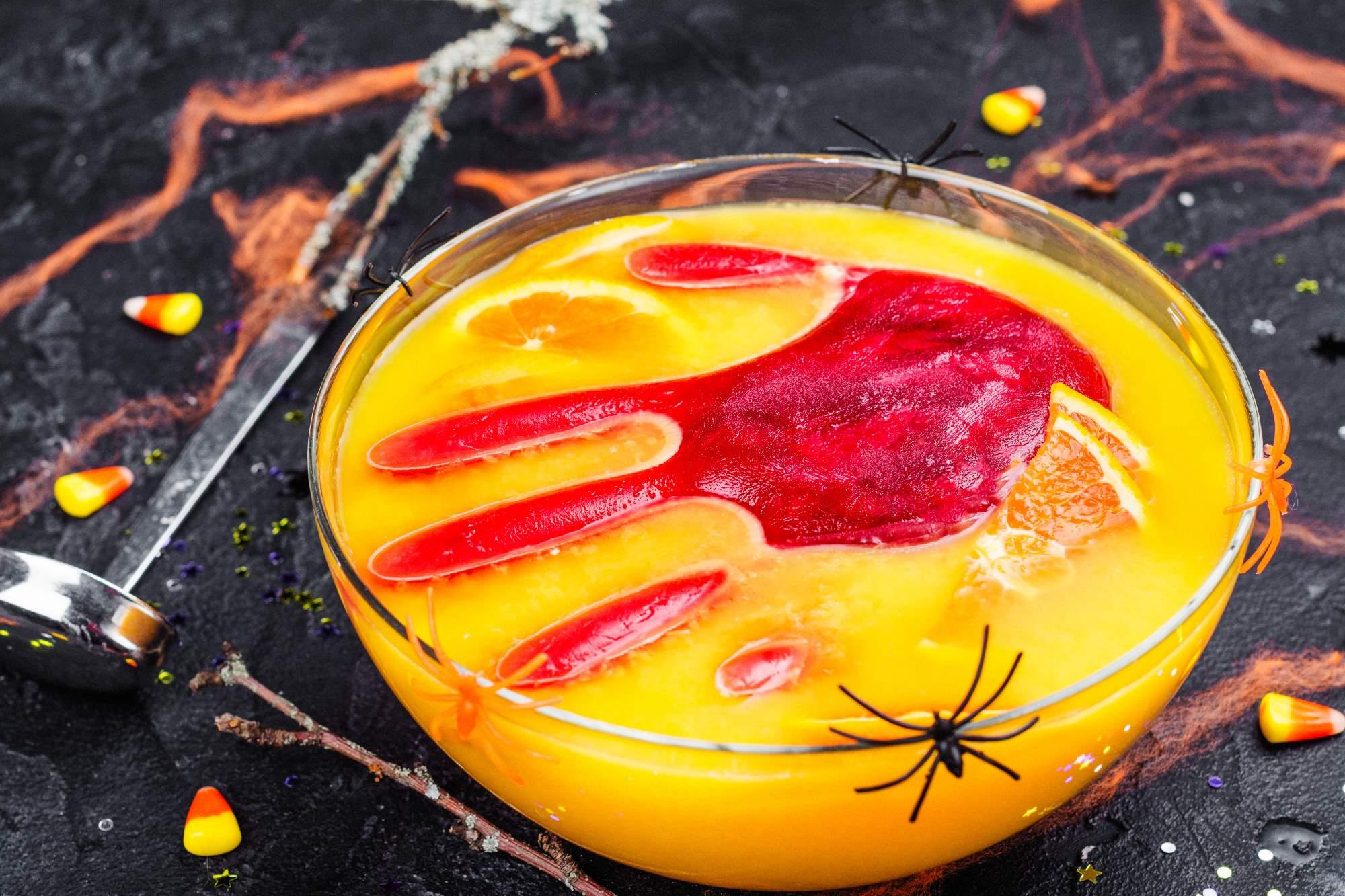 Halloweenpunch med en blodig hånd