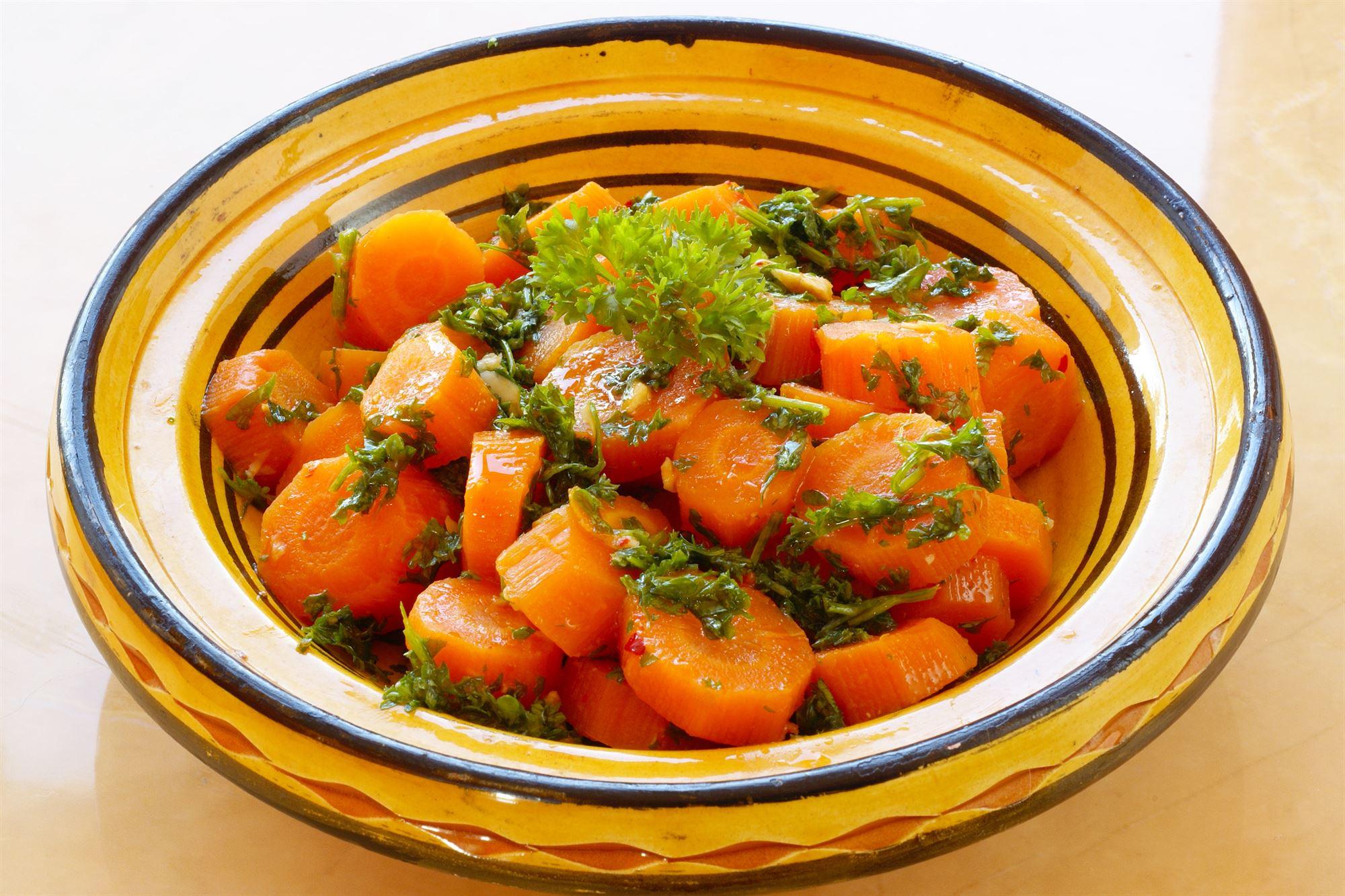 Marinerede gulerødder og forårsløg med urter