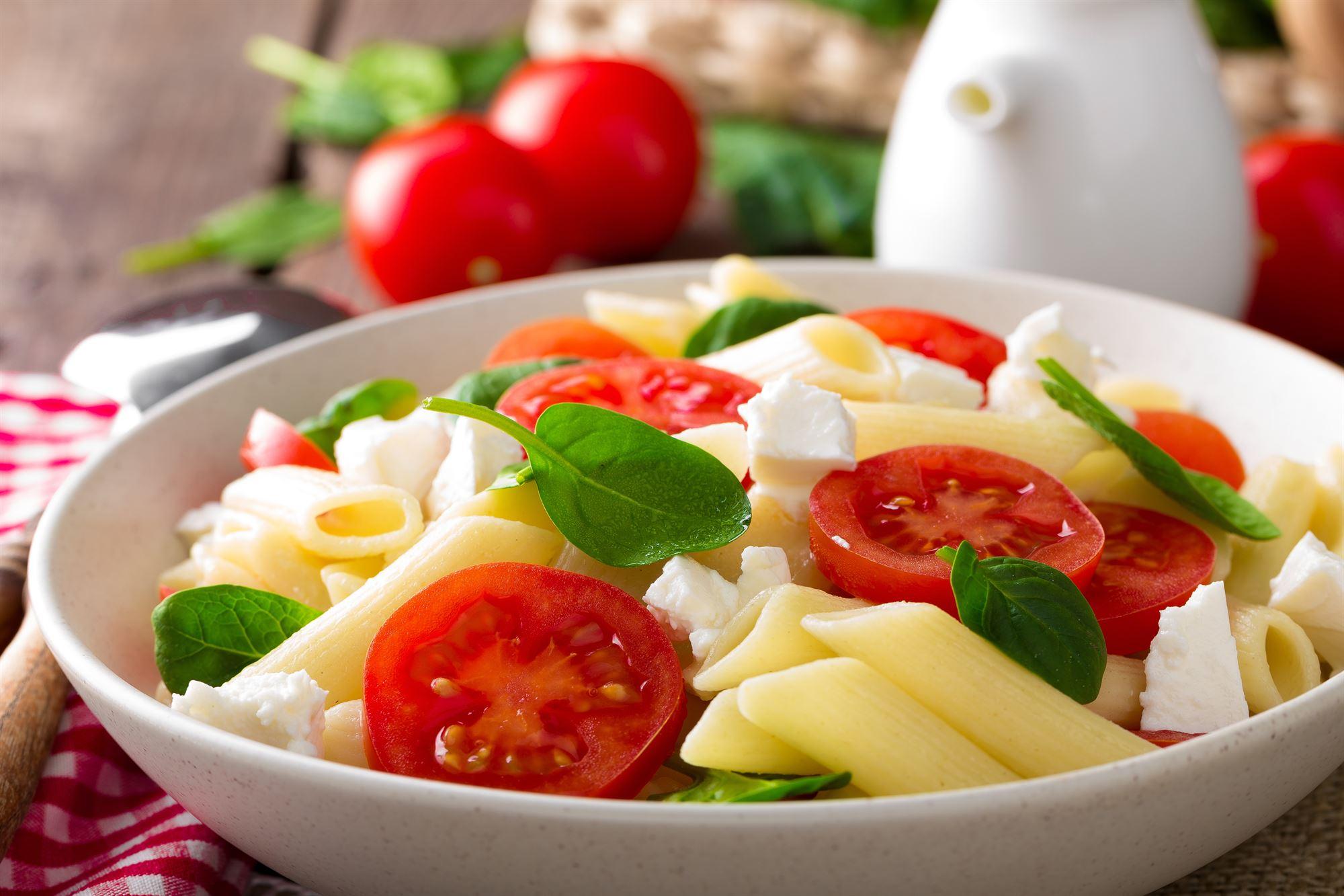 Pastasalat med citronsaft, tomat og feta