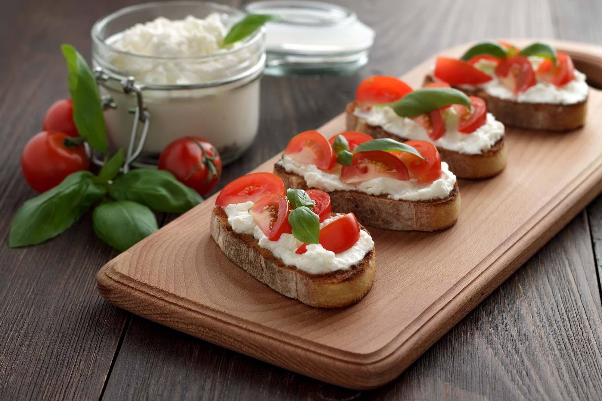 Hvidløgsbrød med ost og tomater