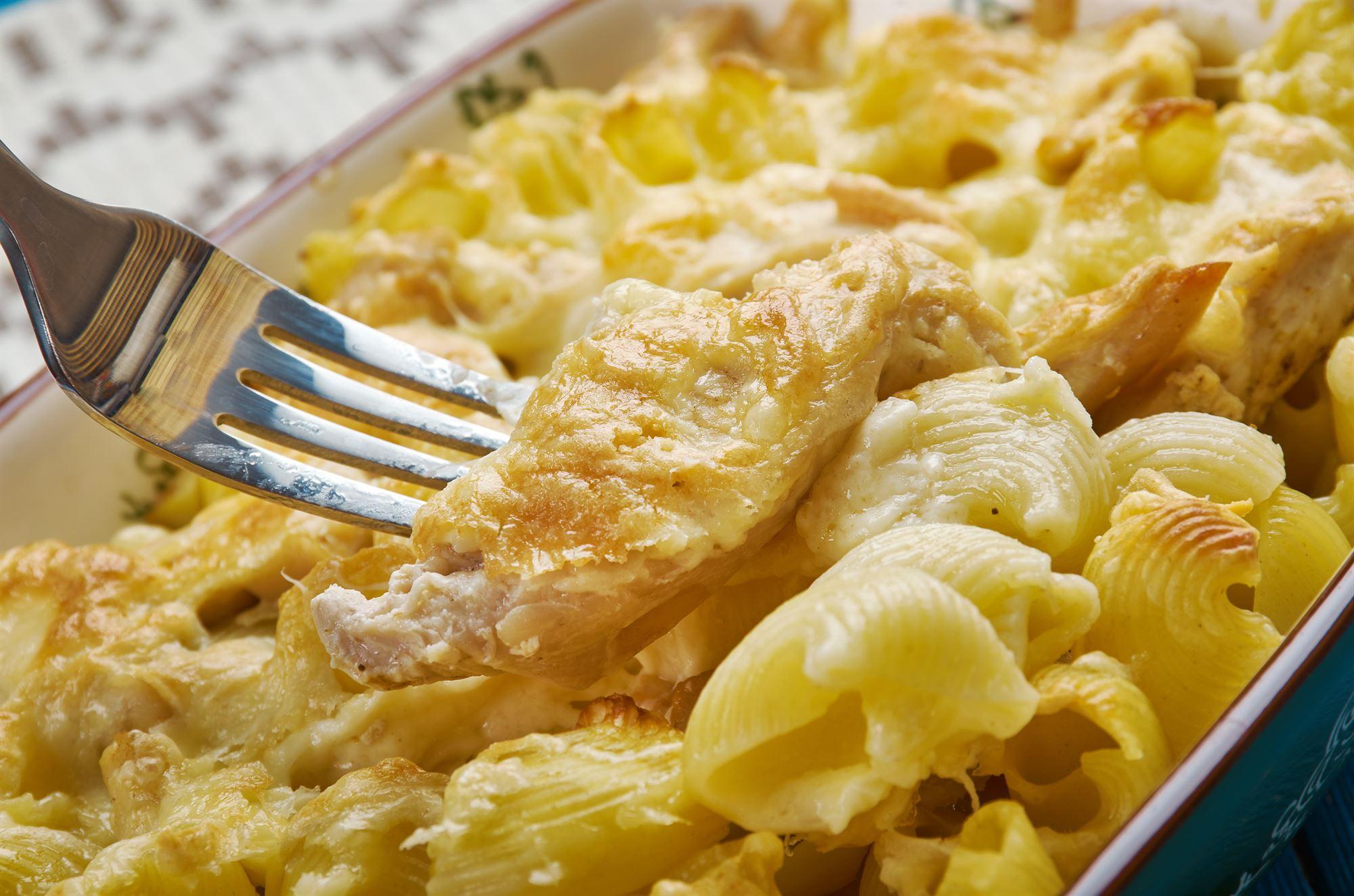 Kyllingebryst på gratineret pasta