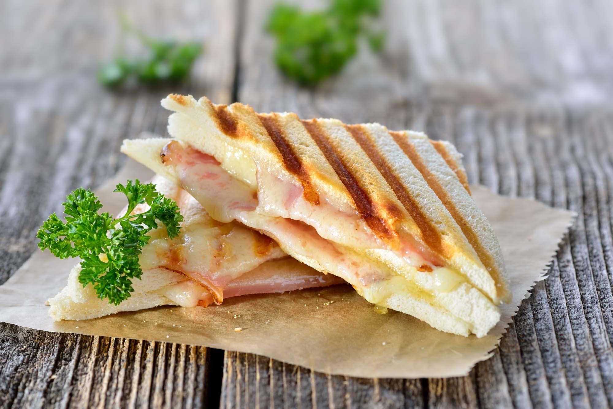 Stegt sandwich med skinke og ost
