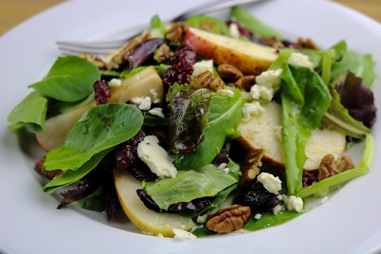 Grøn salat med gedeost, æble og honning