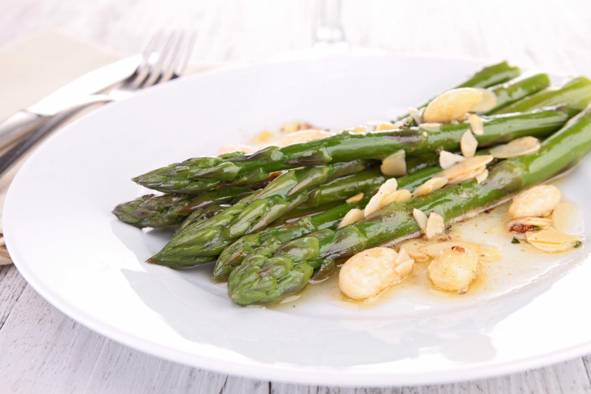 Asiatisk aspargessalat med pecannødder